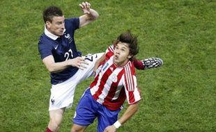 Le défenseur de l'équipe de France Laurent Koscielny contre le Paraguay, le 1er juin 2014, à Nice.