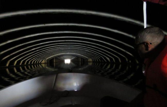 Pour aller vers l'est, les bateaux doivent traverser le long tunnel passant sous la place de la République.