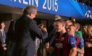 Thomas Vaermelen reçoit sa récompense des mains de Michel Platini.