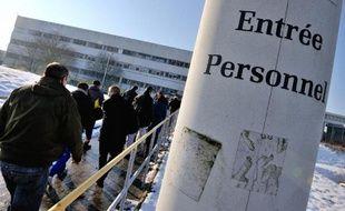 Des employés à l'entrée d'un site Renault à Douai, dans le Nord, le 16 janvier 2013