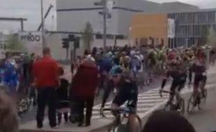 En rouge, la femme dont le pronostic vital est engagé après un choc violent avec Johan Vansummeren, durant le Tour des Flandres, 6 avril 2014.