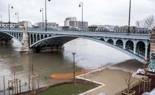 Un homme âgé de 18 ans a été interpellé vendredi à Asnières-sur-Seine (Hauts-de-Seine) après la découverte du corps dénudé d'une jeune femme lundi dans une rue de Pontault-Combault (Seine-et-Marne).