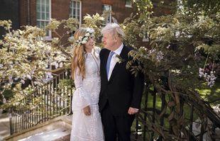 Le Premier ministre britannique Boris Johnson et Carrie Johnson posent ensemble pour une photo dans le jardin du 10 Downing Street après leur mariage samedi 30 mai, à Londres.