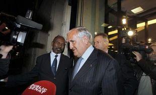 """L'ex-Premier ministre Jean-Pierre Raffarin (UMP) a estimé mardi que """"la mise à l'écart des centristes"""" lors du remaniement était """"une erreur"""" que le gouvernement """"paye déjà"""" puisque le centre se retrouve aujourd'hui sous les feux de l'actualité."""