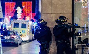 Les policiers recherchent toujours l'auteur de la fusillade de Strasbourg, qui a fait au moins 3 morts et une dizaine de blessés, dans le centre-ville, le 10 décembre 2018.