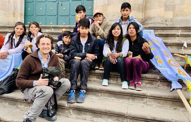 Gilles de Maistre (à g.), réalisateur de Demain est à nous, pose avec des enfants boliviens qui ont monté un syndicat pour que le travail des enfants soit encadré.