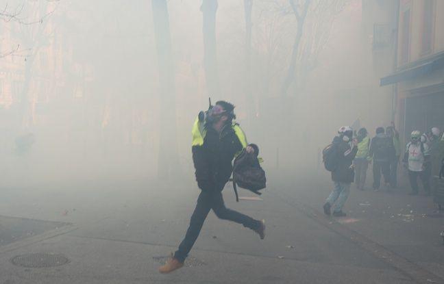 foto de Des gilets jaunes sont ils intoxiqués au cyanure par les gaz lacrymogènes de la police?