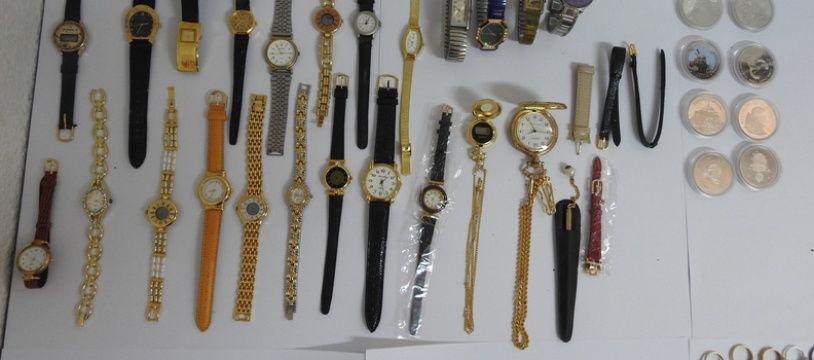 Dans le sac se trouvaient des bijoux et des montres de toutes sorte