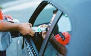Un automobiliste soufflant dans un éthylomètre.
