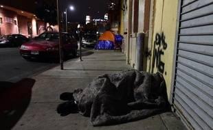 Un sans-abris dans les rues de Los Angeles, le 29 janvier 2015