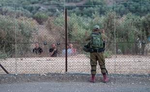 Un soldat israélien fait face à des Palestiniens près de Jenin en Cisjordanie, le 8 septembre 2021.