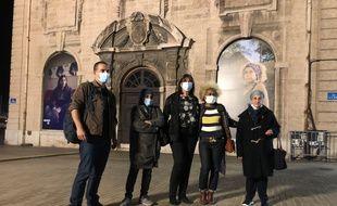 Anthony Micallef, Michèle Rubirola et des personnes délogées, devant la mairie de Marseille.