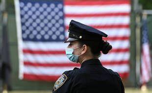 Une policière porte un masque à New York, le 25 mai.