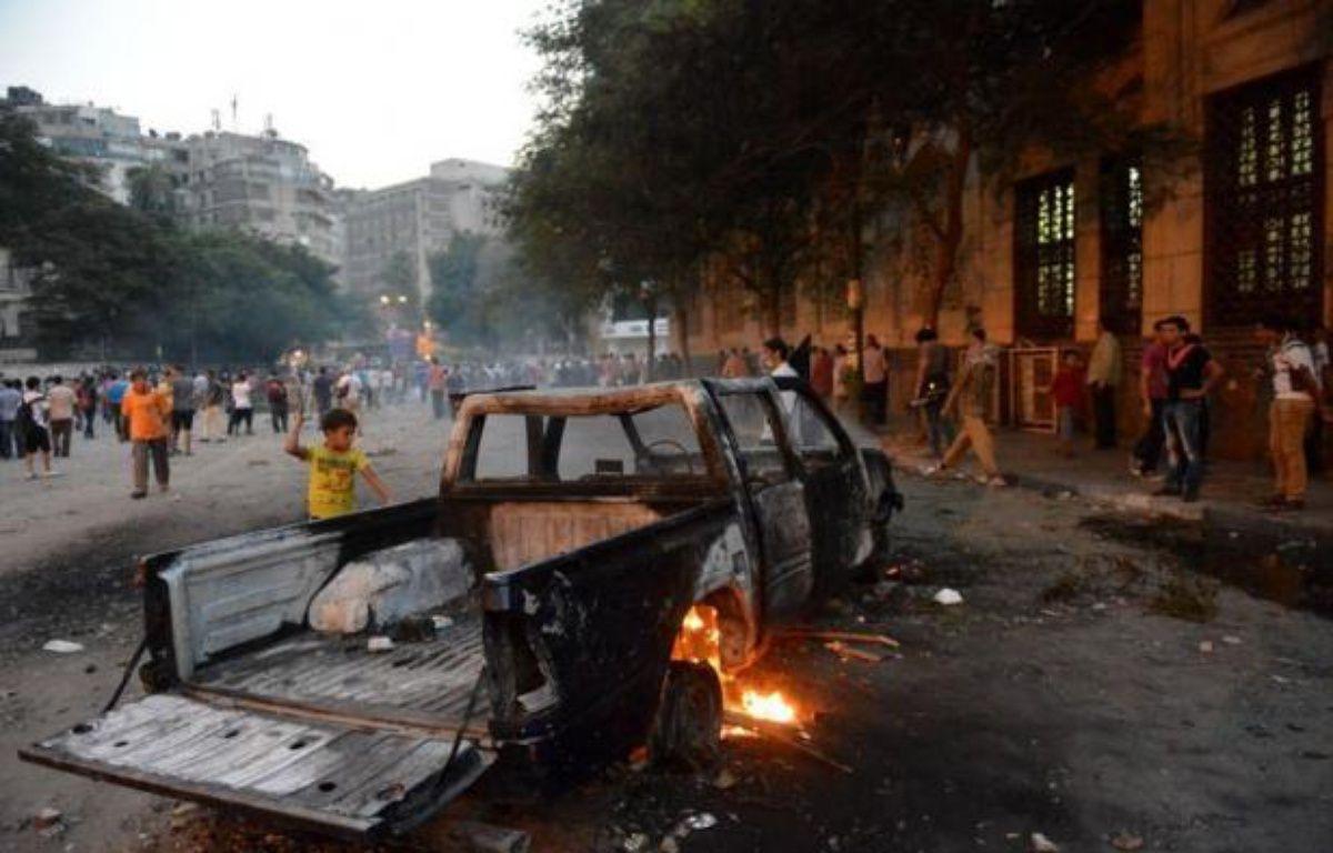 Des heurts entre forces de l'ordre et manifestants protestant contre un film américain jugé anti-islam se poursuivaient vendredi matin aux abords de l'ambassade des Etats-Unis au Caire, a constaté un journaliste de l'AFP. – Khaled Desouki afp.com
