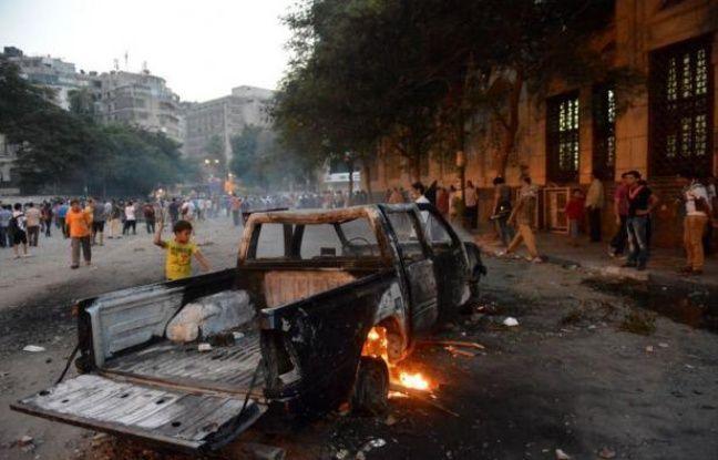 Des heurts entre forces de l'ordre et manifestants protestant contre un film américain jugé anti-islam se poursuivaient vendredi matin aux abords de l'ambassade des Etats-Unis au Caire, a constaté un journaliste de l'AFP.