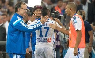 Doria (à droite) félicité par Marcelo Bielsa après un succès de l'OM face à Saint-Etienne, le 28 septembre 2014 au Stade Vélodrome.