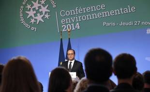French President Francois Hollande delivers his speech during the plenary session of a two-day environmental conference on November 27, 2014 at the Elysee presidential Palace in Paris. AFP PHOTO / MICHEL EULER