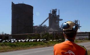 Un salarié devant l'usine Arcelor Mittal de Fos-sur-Mer.