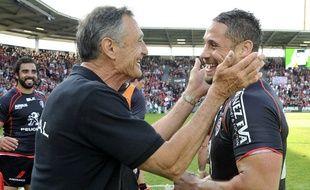 Le manager général toulousain Guy Novès félicite le centre Luke McAlister à l'issue du barrage de Top 14 gagné au stade Ernest-Wallon de Toulouse, le 30 mai 2015.