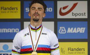 Julian Alaphilippe, le 26 septembre 2021 sur le podium de Louvain.