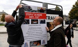 Des policiers grenoblois protestent contre une exposition sur les contrôles aux faciès.  JEAN-PIERRE CLATOT/ AFP