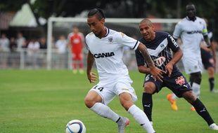 Le joueur d'Angers Billy ketkeophomphone lors d'un match amical contre Bordeaux, le 16 juillet 2015 à La Rochelle.