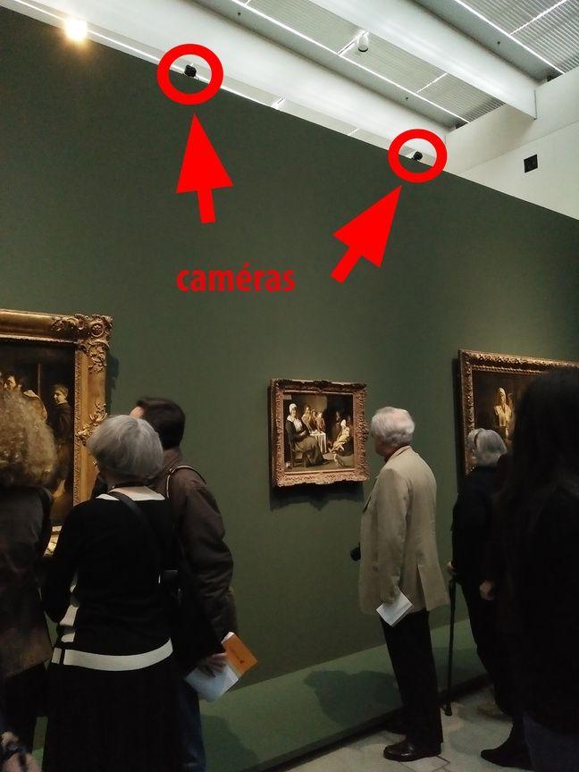 Des caméras scrutent les réactions des visiteurs devant les tableaux.