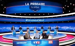 Le plateau du premier débat de la primaire de la droite, sur TF1, avec Alexis Brézet (Le Figaro), Gilles Bouleau (TF1) et Elizabeth Martichoux (RTL).