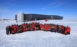 Le Premier ministre norvégien et quelques centaines de personnes, scientifiques et aventuriers, ont célébré mercredi au pôle Sud la conquête, il y a 100 ans, du point le plus austral de la planète, une cérémonie qui a été l'occasion de tirer l'alarme sur les effets du changement climatique.
