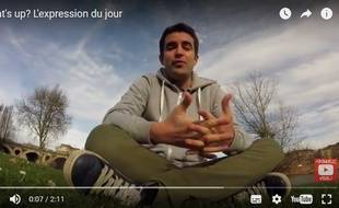 Alban de Larrard poste ses vidéos de cours d'anglais sur YouTube.