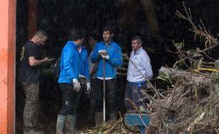 Rafael Nadal constate les dégâts après les chutes de pluie torrentielles à Majorque.