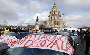 Des taxis se sont rassemblés devant les Invalides, à Paris, le 14 janvier 2013, pour dénoncer la «concurrence déloyale» des véhicules de tourisme avec chauffeur (VTC).