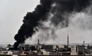 Epaisse fumée noire au-dessus de la ville de Kobané où les forces kurdes tentent de repousser les jihadistes de l'EI, le 10 octobre 2014 en Syrie