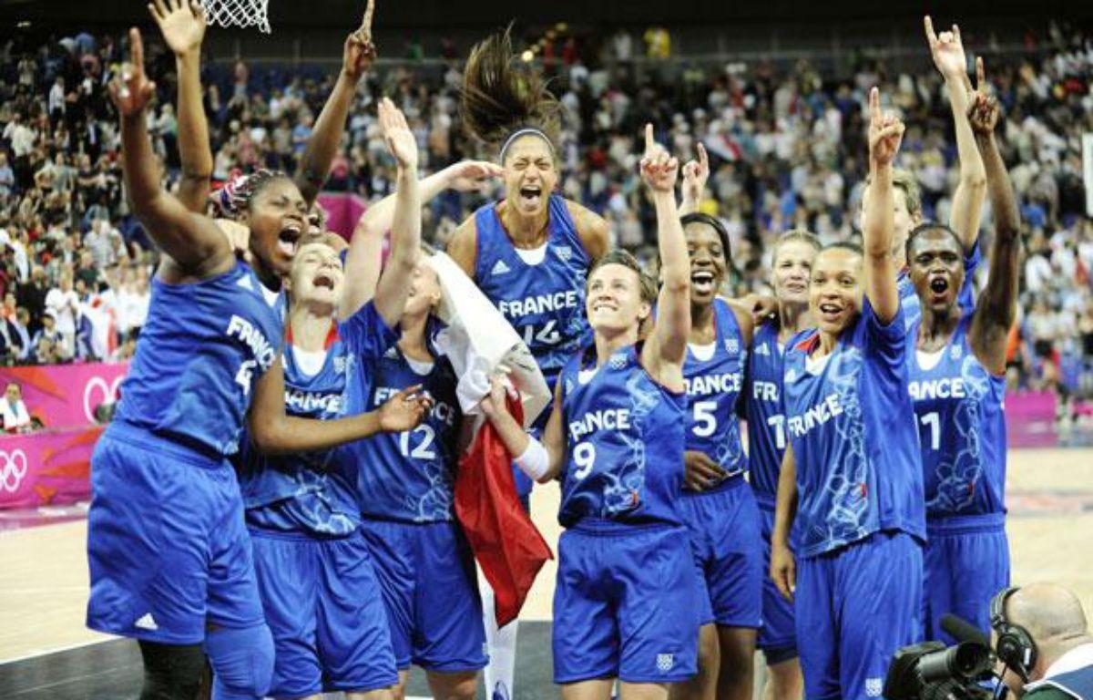 L'équipe de France de basket féminin, après sa victoire contre la Russie en demi-finale des Jeux olympiques, à Londres, le 9 août 2012. –  J F. MOLIERE/MAXIBASKET/SIPA