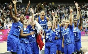L'équipe de France de basket féminin, après sa victoire contre la Russie en demi-finale des Jeux olympiques, à Londres, le 9 août 2012.