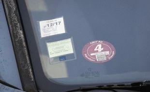 Des vignettes sur le pare-brise d'une automobile (image d'illustration)
