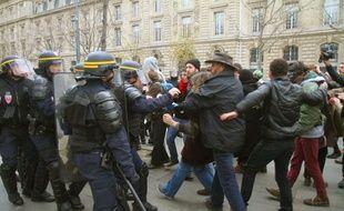 Des CRS et des manifestants s'affrontent place de la République, à Paris, le 29 novembre 2015, lors d'une manifestation à l'occasion du début de la COP21.