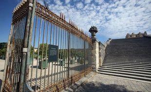 Illustration: entrée des jardins du château de Versailles.