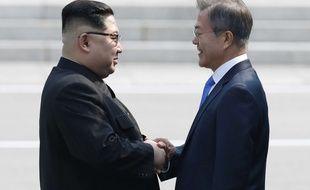 Le dirigeant nord-coréen Kim Jong-un et le président sud-coréen Moon Jae-in ont échangé une poignée de main le 27 avril 2018.