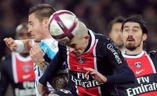 Christophe Jallet le Parisien à la lutte avec le Lillois Mtahieu debuchy lors du match PSG-Lille du 18 décembre 2011 au Parc des Princes.