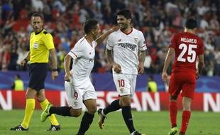Wissam Ben Yedder et Ever Banega heureux après la belle remontée du FC Séville contre Liverpool (3-3) en Ligue des champions, le 21 novembre 2017.