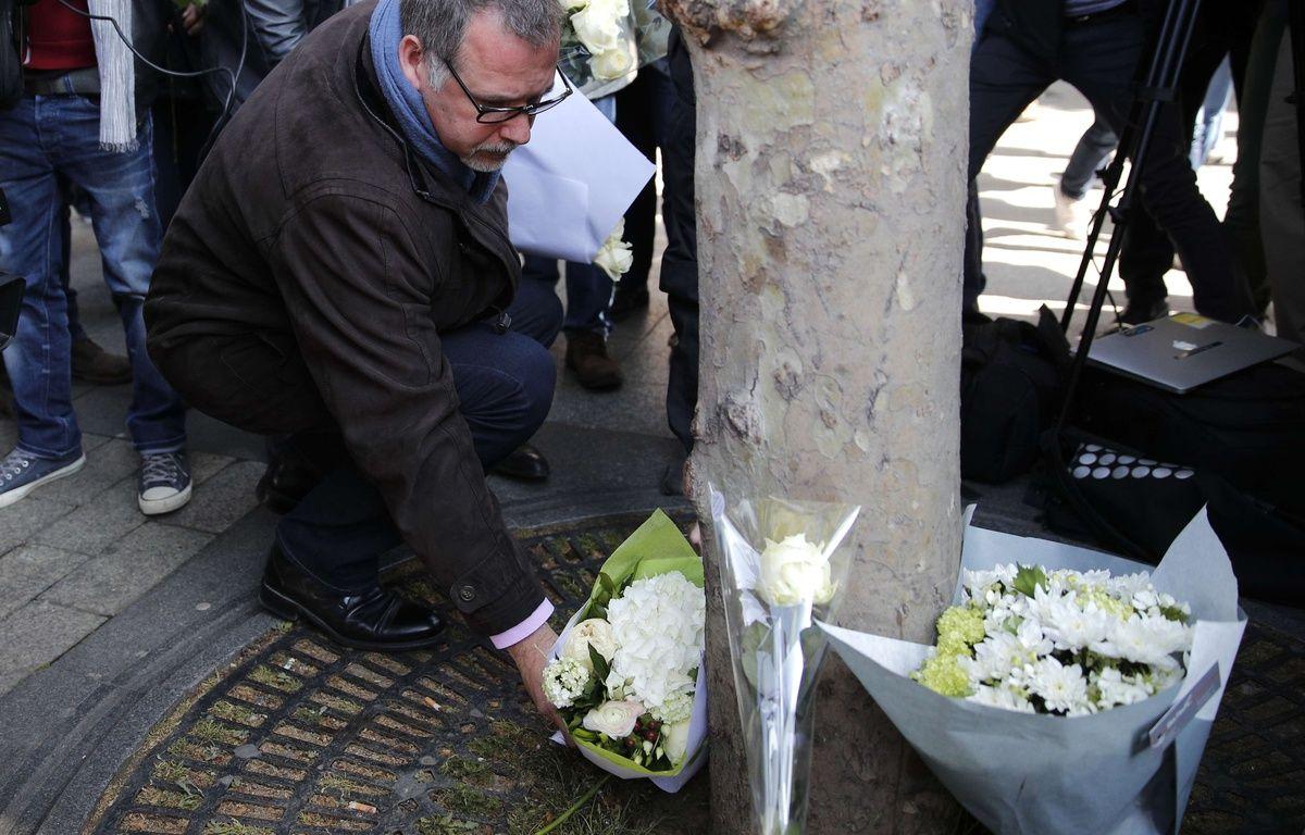 Paris, le 21 avril 2017. - Denis Jacob, secrétaire général du syndicat d'Alternative Police CFDT, dépose des fleurs à l'endroit où un policier a été tué par un assaillant sur les Champs-Elysées, la veille. – Christophe Ena/AP/SIPA