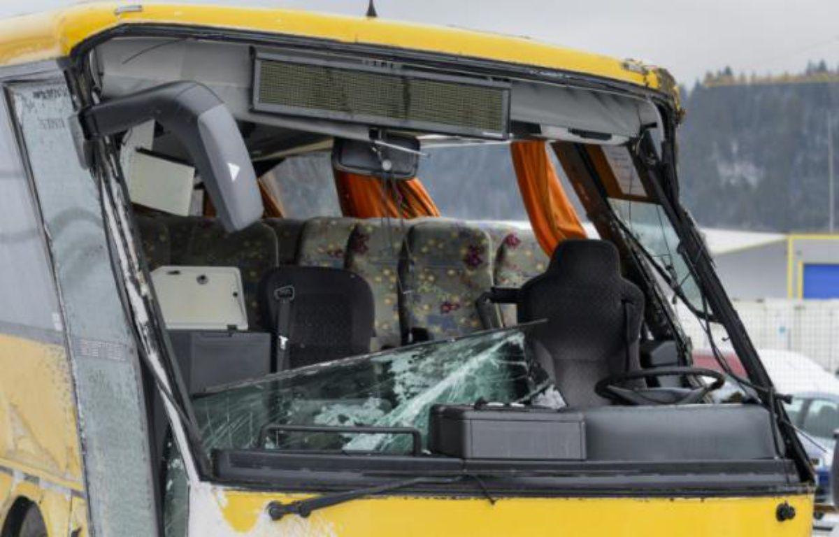 L'avant du car scolaire accidenté le 10 février 2016 près de Montbenoît – FABRICE COFFRINI AFP