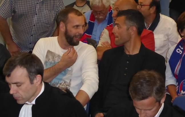 Sébastien Mignotte (à gauche), l'entraîneur de Luzenac, en discussions avec son ancien coéquipier Nicolas Dieuze, le 25 avril 2017 au Tribunal administratif de Toulouse.