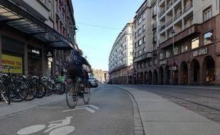 Capitale française du vélo, Strasbourg compte un grand nombre d'aménagements comme cette vélorue en plein centre-ville.