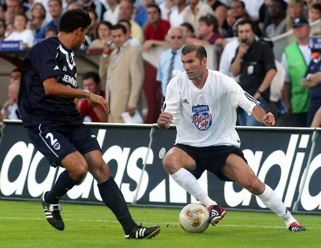 Zidane sur la pelouse de Chaban-Delmas lors d'un match de gala en 2003.
