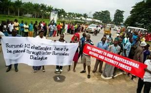 Des Burundais manifestent contre l'intervention de pays étrangers dans les affaires du pays, à l'arrivée de diplomates internationaux à Bujumbura, le 21 janvier 2016