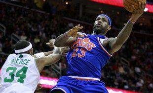Le basketteur des Cleveland Cavaliers, LeBron James (en bleu), lors d'un match contre Boston, en NBA, le 14 mars 2010.