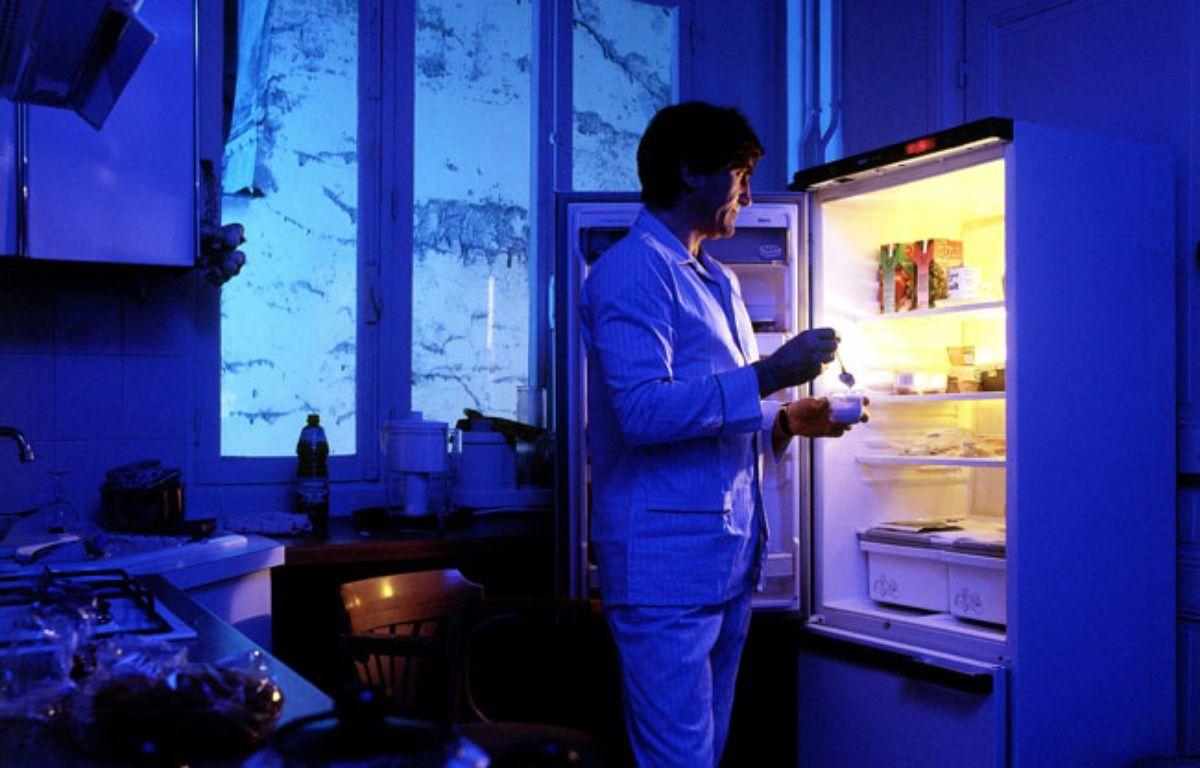 Un homme se lève la nuit pour manger. Illustration – LELLUCH/WPA/SIPA
