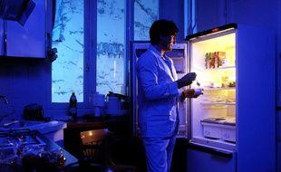 Un homme se lève la nuit pour manger. Illustration